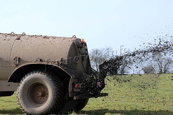 Внесение жидкого навоза на поля