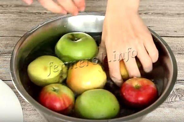 Яблоки тщательно моют и вытирают, чтобы они были сухими
