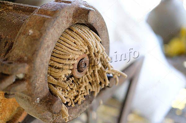 Чтобы сделать качественный гранулированный комбикорм для кур несушек, потребуется иметь в доме гранулятор – машину