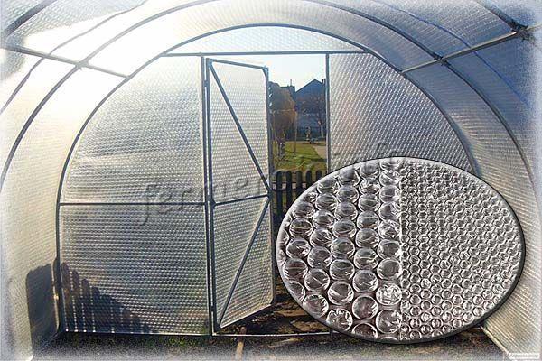 Пузырчатая пленка без проблем пропускает свет и сохраняет тепло