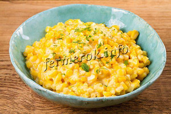 Если кукуруза не варилась до заморозки, то готовят ее в среднем 30 минут, а ту, что варилась – 3-4 минуты, не больше