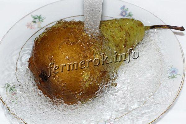Чтобы груша не навредила, нужно кушать ее в небольших количествах, не забывая тщательно мыть и чистить перед употреблением
